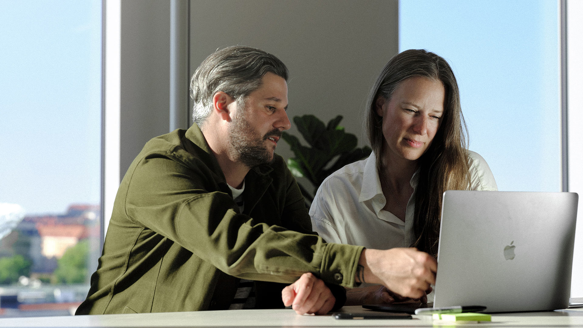 Par sitter vid dator